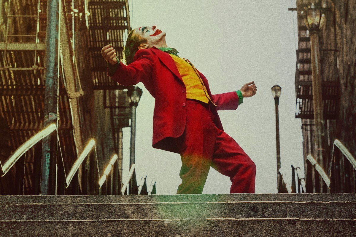 Arthur Fleck (Joaquin Phoenix) dancing irregularly  while being in his full Joker Makeup.